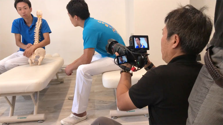 GH5とピンマイクで撮影するカメラマン
