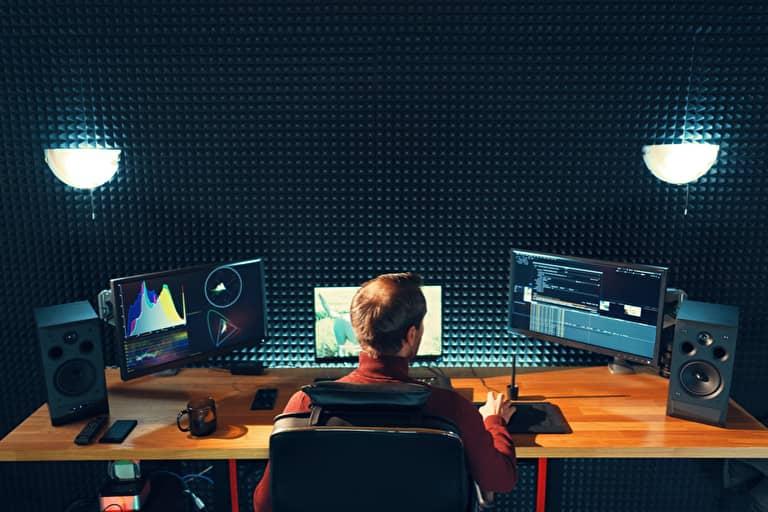 パソコンで映像制作をする男性