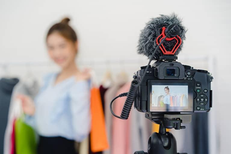 動画撮影をする女性