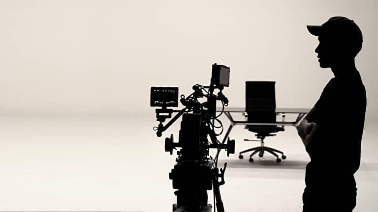 映像制作をする男性のシルエット