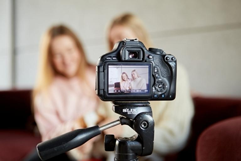 動画撮影をする2人の女性