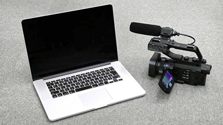 ノートパソコンとビデオカメラ