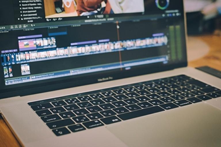 ノートパソコンで動画編集作業