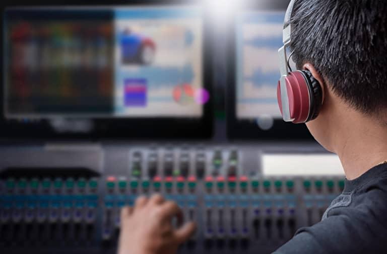 パソコンで映像制作をしている男性